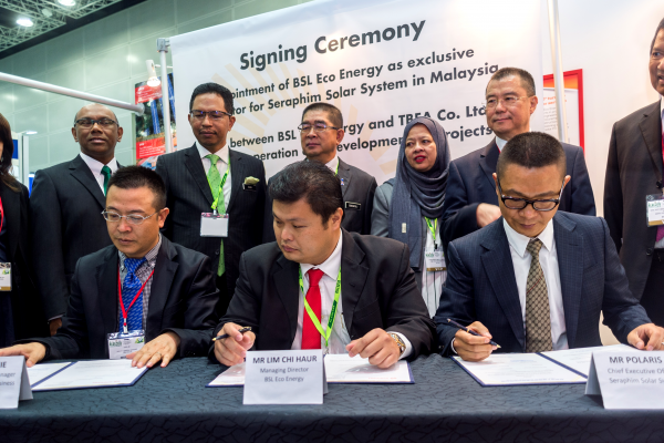 BSL Eco Energy (represented by Mr Lim Chi Haur) signs partnerships with Seraphim Solar System (represented by Mr Polaris Li) and TBEA Co Ltd (Represented by Mr Chen Jie) at IGEM 2017. Looking on are Minister of Energy, Green Technology and Water (KeTTHA) Yang Berhormat Datuk Seri Dr Maximus Johnity Ongkili, Chairman of the Sustainable Energy Development Authority Malaysia (SEDA) Datuk Dr Yee Moh Chai, Secretary General of KeTTHA Dato' Dr Ir Zaini Ujang, Chief Executive Officer of SEDA Catherine Ridu, Suruhanjaya Tenaga Chairman Dato' Abdul Razak Bin Abdul Majid, Chairman of GreenTech Malaysia Tan Sri Peter Chin, Group CEO of GreenTech Malaysia Dr Mohd Azman Zainul Abidin and Deputy Secretary General (Energy & Green Technology) KeTTHA Datin Badriyah Hj Abd Malek.