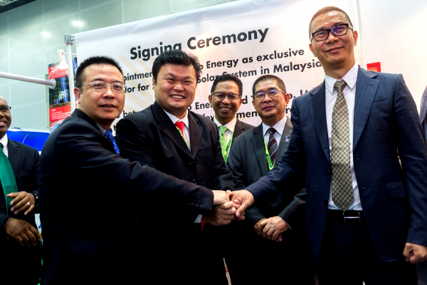 TBEA Co Ltd Deputy General Manager for International Business Mr Chen Jie, BSL Eco Energy Managing Director Mr Lim Chi Haur and Seraphim Solar System Chief Executive Officer Mr Polaris Li sealing the partnerships with a handshake Looking on are Minister of Energy, Green Technology and Water (KeTTHA) Yang Berhormat Datuk Seri Dr Maximus Johnity Ongkili, Secretary General of KeTTHA Dato' Dr Ir Zaini Ujang, Group CEO of GreenTech Malaysia Dr Mohd Azman Zainul Abidin and Deputy Secretary General (Energy & Green Technology) KeTTHA Datin Badriyah Hj Abd Malek.
