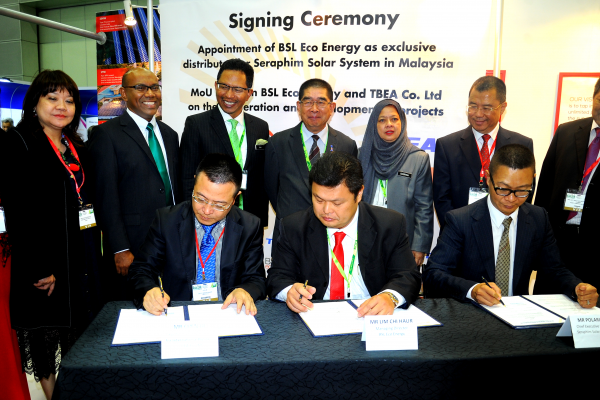 BSL Eco Energy (represented by Mr Lim Chi Haur) signs partnerships with Seraphim Solar System (represented by Mr Polaris Li) and TBEA Co Ltd (Represented by Mr Chen Jie) at IGEM 2017. Looking on are Minister of Energy, Green Technology and Water (KeTTHA) Yang Berhormat Datuk Seri Dr Maximus Johnity Ongkili, Chairman of the Sustainable Energy Development Authority Malaysia (SEDA) Datuk Dr Yee Moh Chai, Secretary General of KeTTHA Dato' Dr Ir Zaini Ujang, Chief Executive Officer of SEDA Catherine Ridu, Suruhanjaya Tenaga Chairman Dato' Abdul Razak Bin Abdul Majid, Chairman of GreenTech Malaysia Tan Sri Peter Chin, Group CEO of GreenTech Malaysia Dr Mohd Azman Zainul Abidin and Deputy Secretary General (Energy & Green Technology) KeTTHA Datin Badriyah Hj Abd Malek